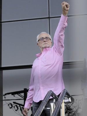 O ex-presidente do PT José Genoino foi o primeiro dos condenados pelo mensalão a se apresentar à polícia (Foto: Eliária Andrade / Agência o Globo)