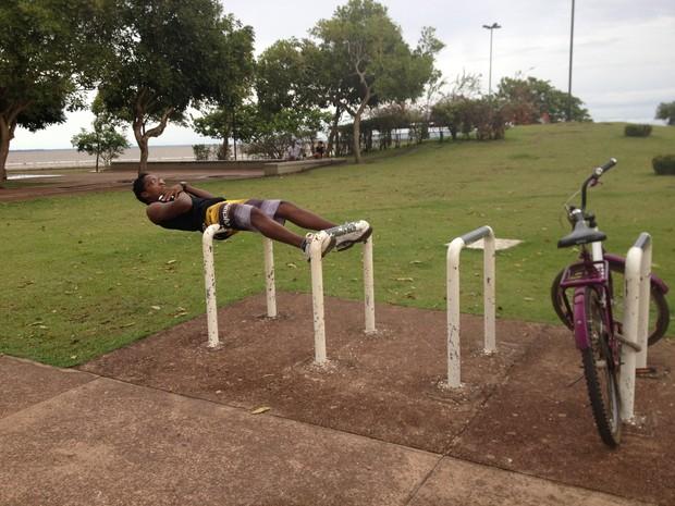 Welinton Viana diz que o policiamento o deixará mais seguro porque fica distraído fazendo exercício (Foto: Maiara Pires/G1)
