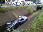 Homem e criança ficam feridos após carro cair em córrego de Piracicaba