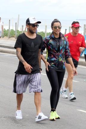 Thaissa Carvalho e Daniel Alves caminham na orla de Ipanema, RJ (Foto: JC Pereira/AgNews)