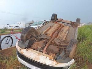 Motorista perdeu controle do veículo e capotou em Luís Eduardo Magalhães, na Bahia (Foto: Edivaldo Braga/Blogbraga)