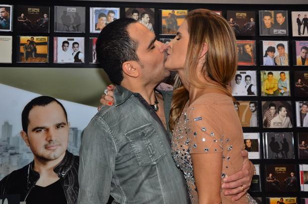 Luciano Camargo tasca beijão na mulher, Flávia Fonseca (Foto: Caio Duran/Agnews)