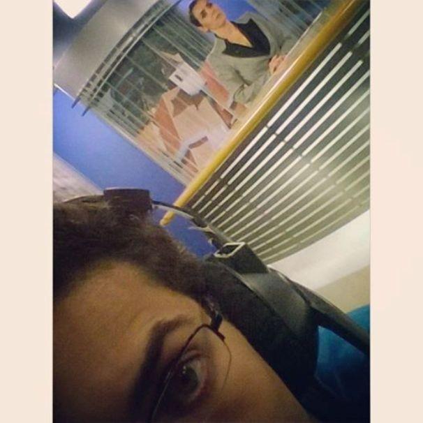 Cinegrafista registra selfie dos bastidores do Diário TV 2ª Edição (Foto: Reprodução / TV Diário)