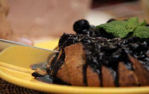 Torta de maçã com calda mirtilo: receita da Bela Gil