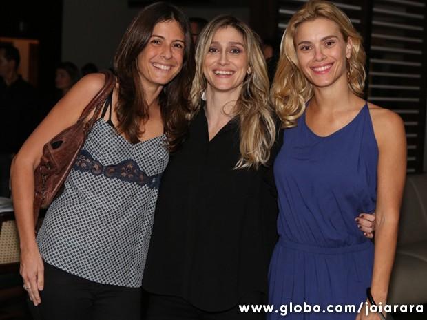 Carolina Dieckmann chega com as diretoras Joana Jabace (esq.) e Amora Mautner (Foto: Joia Rara/TV Globo) (Foto: Joia Rara/TV Globo)