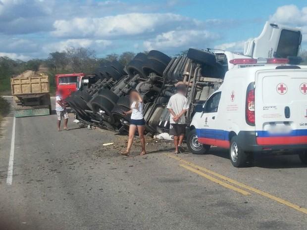 Carreta tombou e caiu por cima da caminhonete, segundo a Polícia Militar (Foto: Divulgação/Polícia Militar)
