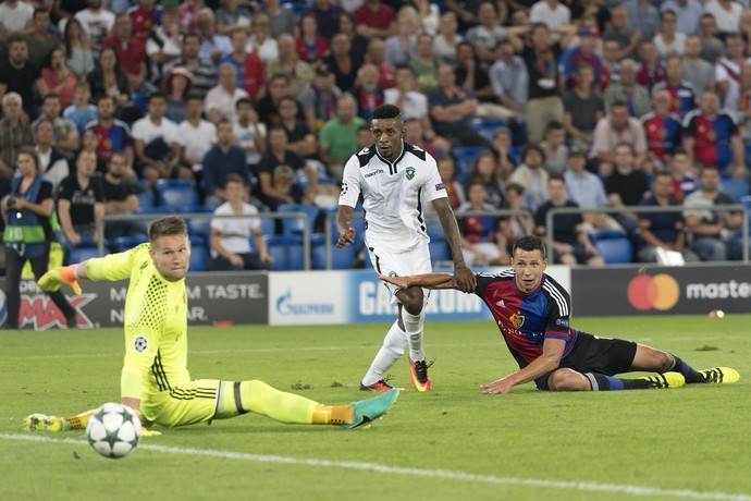Jonathan Cafu faz gol pelo Ludogorets contra o Basel (Foto: Georgios Kefalas/Keystone via AP)