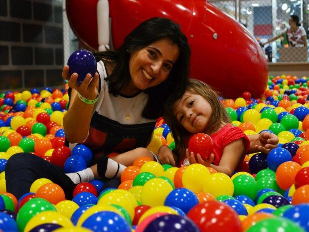 Momento de diversão de Adriana Manso com a filha laura Abreu, de 3 anos (Foto: Danilo Sardinha/ G1)