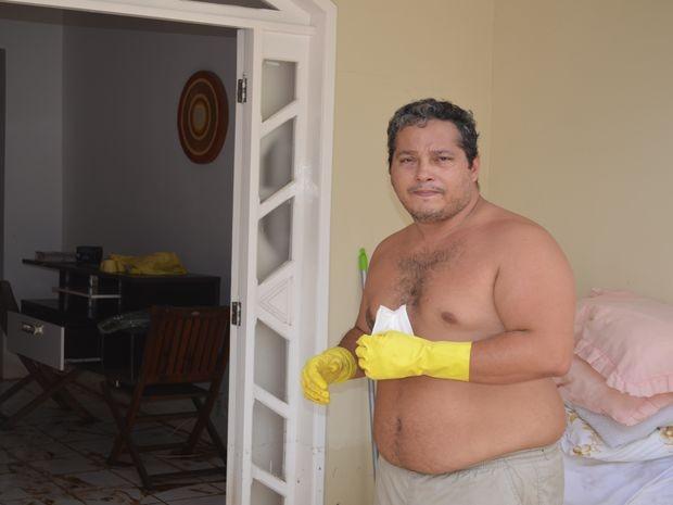 Alessandro volta para casa no conjunto Santa Lúcia depois de três dias (Foto: Tássio Andrade/G1)