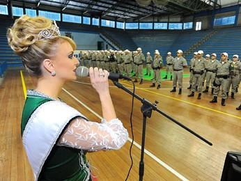 Joana participa da apresentação de policiais militares que trabalharão na Oktoberfest (Foto: Rodrigo Assmann/Divulgação)