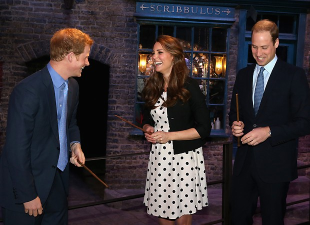 Kate, harry e William nos estúdios de Harry Potter (Foto: Getty Images)