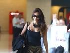 Carol Nakamura embarca de minissaia em aeroporto carioca