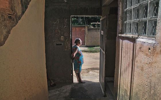 Joandira em sua casa.Ela salvou a neta e encarou o matador no tribunal.Hoje só dorme de porta aberta (Foto:  Pedro Farina/ÉPOCA)