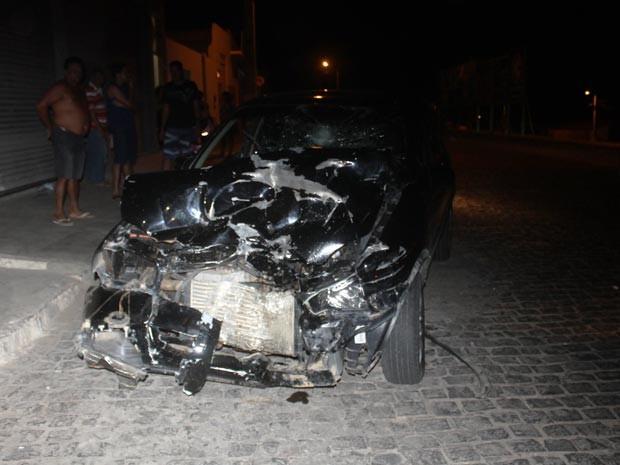 Após batida, carro arrasta dois motociclistas em Brumado (Foto: Lay Amorim/Site Brumado Notícias)