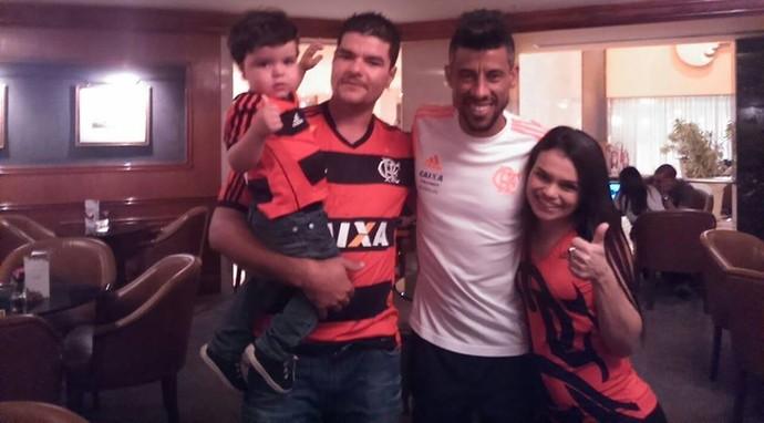 Família de Juan Reis é recebida por Léo Moura (Foto: Arquivo pessoal)