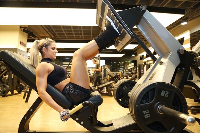 Raquel Guarini pega pesado no treino de pernas (Foto: Carol Caminha/Gshow)