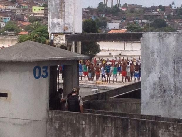Detentos ocupam laje de presídio no Complexo do Curado, no Recife (Foto: Marina Barbosa/G1)