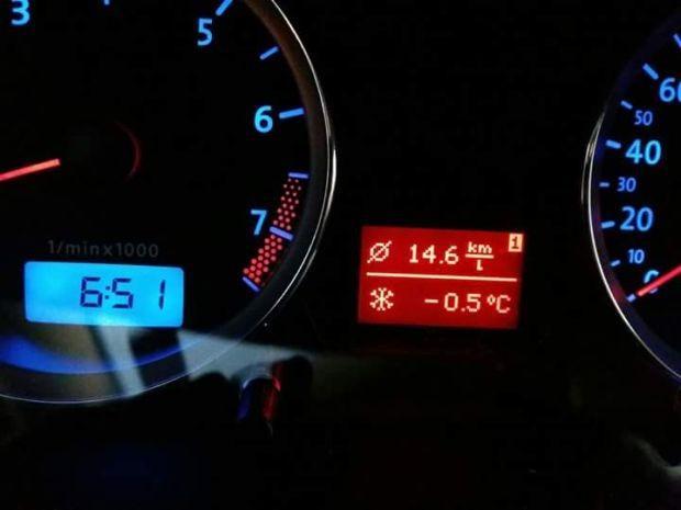 Termômetro de carro marcou temperatura abaixo de zero (Foto: Eduardo Meira/4Notícias)