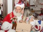 Mulher Melão vai às compras em shopping e posa com Papai Noel