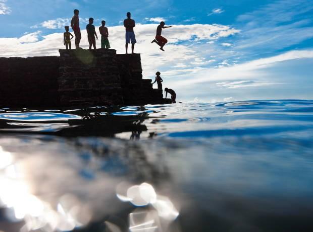 Na praia da Barra, as crianças brincam no mar. (Foto: Divulgação/ Marc Dumas)