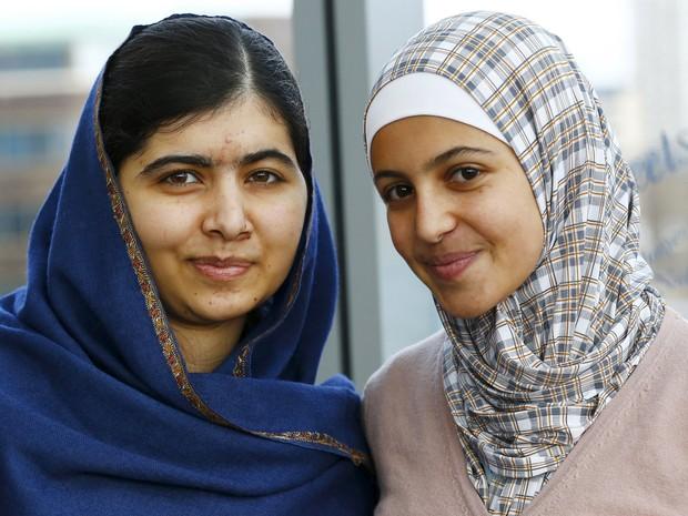Malala Yousafzai, vencedora do prêmio Nobel da Paz, posa com a refugiada síria Muzoon Almellehan, de 17 anos, no Reino Unido, em foto de dezembro (Foto: Darren Staples/Reuters)