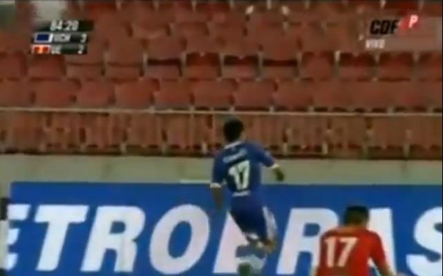 Raul Ruidiaz chuta tudo depois de marcar e se machuca (Foto: Reprodução/Internet)