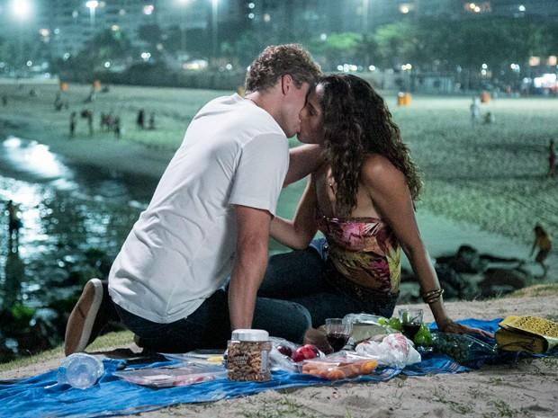 Thiago Fragozo e Camila Pitanga gravam cena noturna de beijo na praia (Foto: Raphael Dias / Gshow)