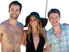 Dia de praia! Danielle Winits grava com atores que viverão casal gay em 'Amor'