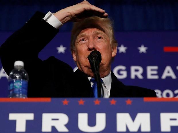 Candidato republican, Donald Trump, fala durante evento de campanha em Leesburg, na Virginia, nesta segunda-feira (7)  (Foto: Carlo Allegri/ Reuters)