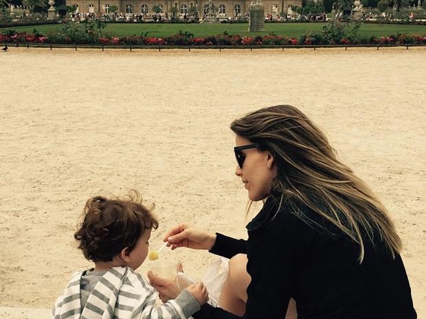 Em viagem de frias, Mariana Ferro passeia com o filho (Foto: Divulgao Pessoal)