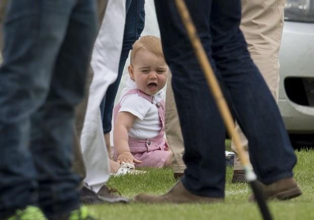 Príncipe George chora no gramado (Foto: Splash News/AKM-GSI / AKM-GSI )