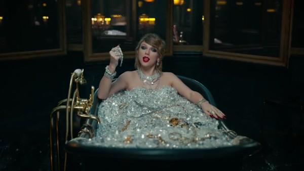 Tayor Swift tomando banho de diamamantes em seu clipe (Foto: YouTube)