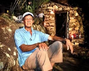 Ex-garimpeiro Seu Binha abriga equipe do Mais Você em lóca, um buraco nas pedras (Foto: Mais Você / TV Globo)