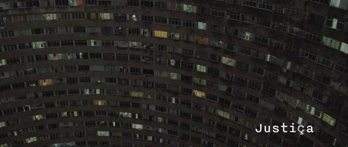 Abertura do primeiro capítulo mostra o prédio Holiday (Foto: TV Globo)