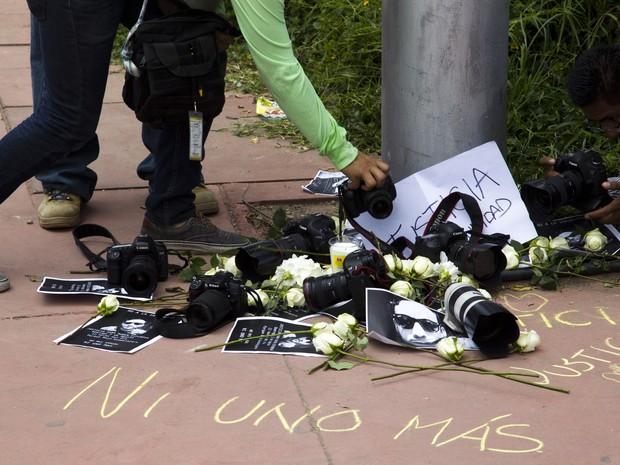 Centenas protestaram, neste domingo (2), contra a morte de fotojornalista e 4 mulheres no México (Foto: AFP PHOTO/HECTOR GUERRERO)