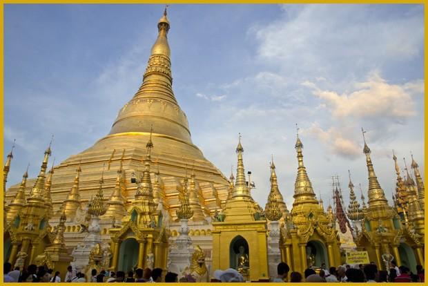 A pagoda Shwedagon em Yangon, em Mianmar, é uma poesia ao dourado. O domo circular chega a 98 metros e acumula 60 toneladas de ouro (Foto: Haroldo Castro/ÉPOCA)