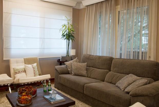 Um living com janelas necessita de cortinas (Foto: Camila Klein)