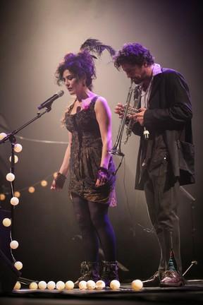 Letícia Sabatella e o marido, Fernando Alves Pinto, em show em São Paulo (Foto: Raphael Castello/ Ag. News)