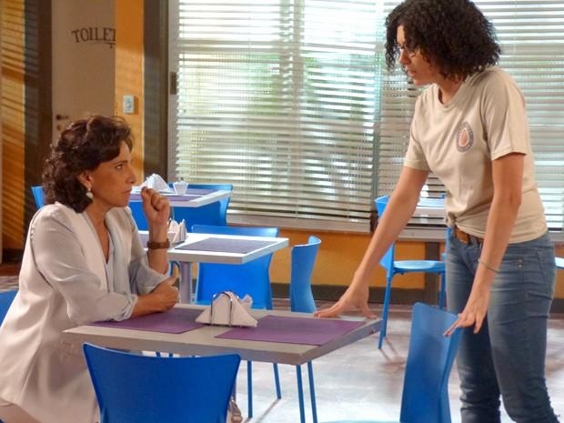 Adriana fica com medo de ter seu segredo revelado para Laura e comenta com Scarlett (Foto: Gabriela Bispo/ Gshow)
