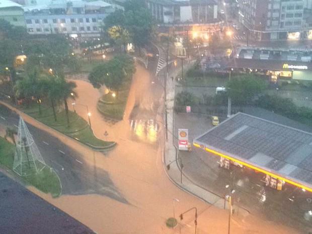 Chuva deixa Avenida Rio Branco em Juiz de Fora (Foto: Eduardo Portes/Arquivo Pessoal)