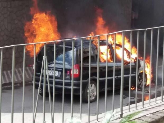 Carro pega fogo no bairro Estamparia, em Barra Mansa (Foto: Anderson Neimar/Arquivo Pessoal)