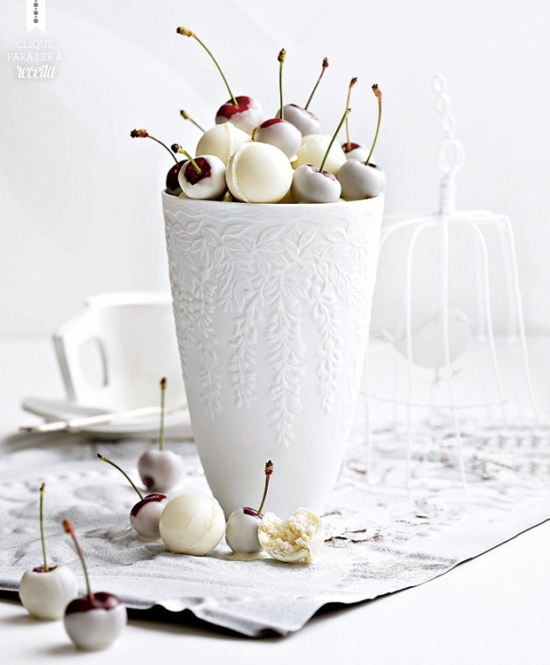 Trufas com recheio de praliné triturado e cerejas com cobertura de chocolate branco (Foto: StockFood/Great Stock!)