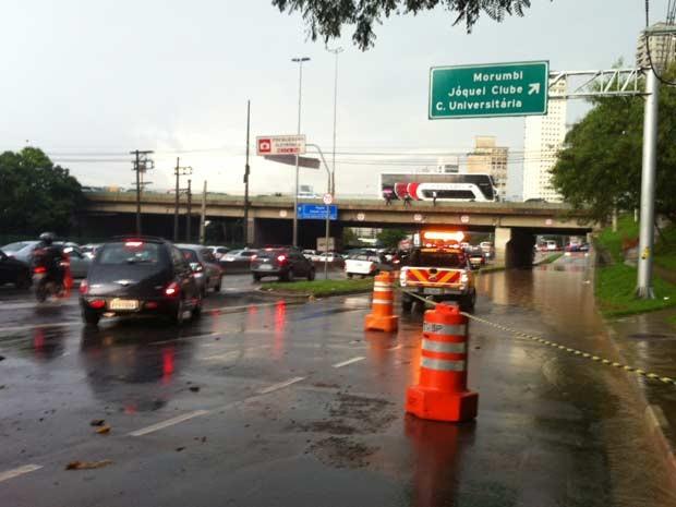 Marginal Pinheiros tem faixas bloqueadas por alagamento na Ponte Cidade Jardim (Foto: G1)