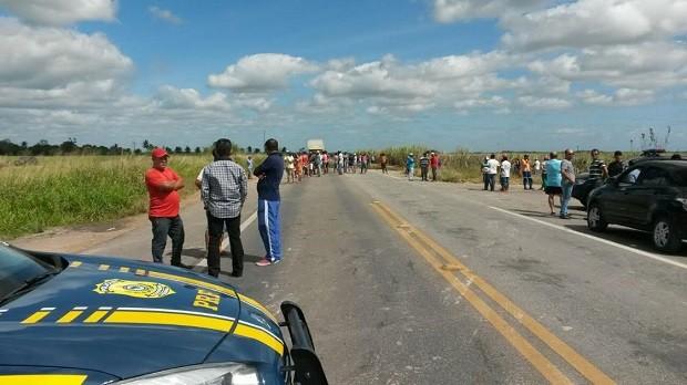 Trabalhadores cobram salários atrasados (Foto: Ascom/Polícia Rodoviária Federal)