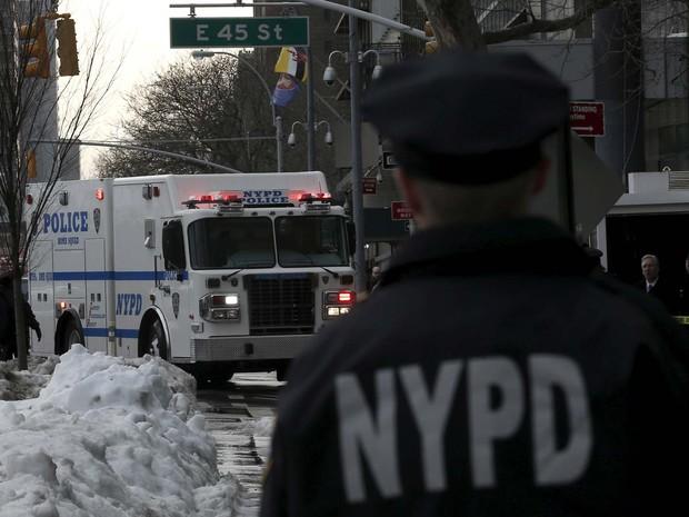 Carro da operação antibomba da polícia de Nova York chega a local com pacote suspeito nesta terça-feira (26) (Foto: REUTERS/Mike Segar)