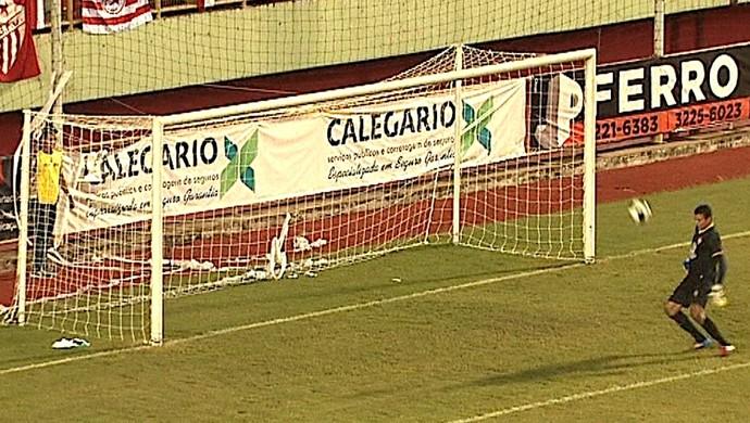 Goleiro Babau, do Rio Branco-AC, conta com a sorte para fazer defesa contra Paysandu (Foto: Reprodução/Rede Amazônica Acre)