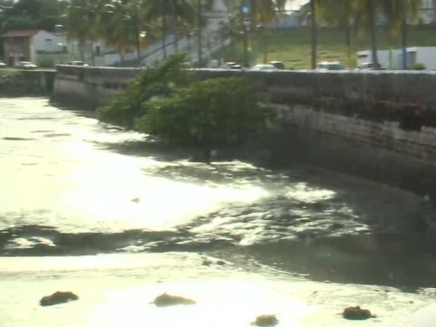 Sujeira e esgoto despejados no Rio Anil compromete a qualidade de vida da população em São Luís (MA) (Foto: Reprodução/TV Mirante)