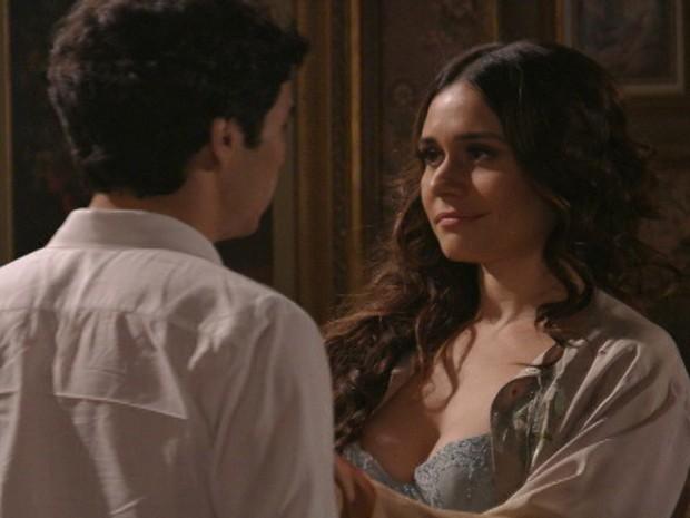 Catarina arma uma maneira de atingir Edgar com a notícia (Foto: Lado a Lado/TV Globo)