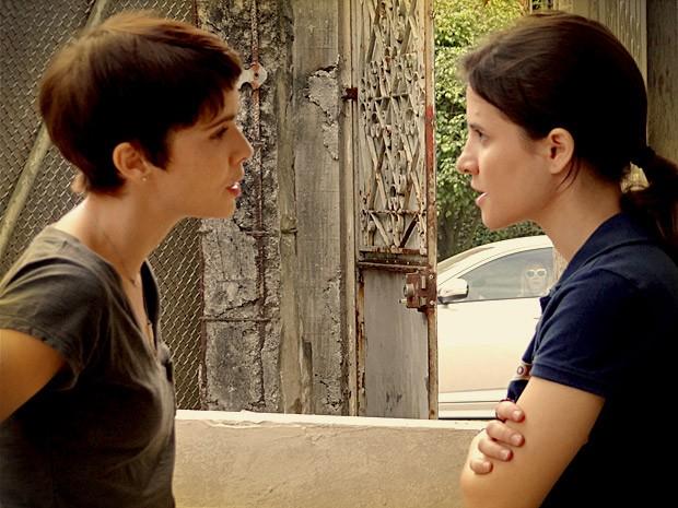 Carminha (Adriana Esteves) flagra a cozinheira com Betânia (Bianca Comparato) (Foto: Avenida Brasil/TV Globo)