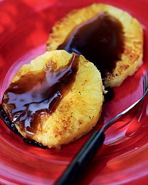 Abacaxi com calda de cachaça (Foto: Rogério Voltan/Casa e Comida)